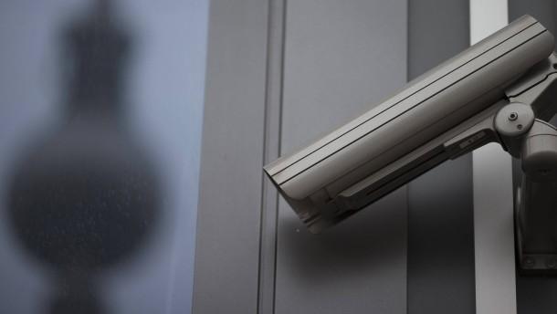 © dpa Überwachungskameras am Alexanderplatz in Berlin