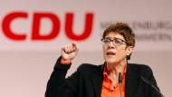 """""""Es hat keinen Sinn, neue Schulden zu machen, denn wenn es zu wenig Investitionen gibt, liegt das nicht am fehlenden Geld. Es liegt daran, dass vorhandene Gelder zu langsam abfließen"""": CDU-Vorsitzende Kramp-Karrenbauer"""