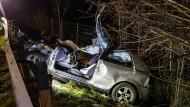 Der Unfallwagen in der Nähe von Salzburg: Drei Männer sind bei dem schweren Unfall in Österreich am Freitagabend ums Leben gekommen.