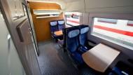Privatsphäre statt Großraumtrubel: Ein Abteil mit erweitertem Stellplatz für Kinderwagen in einem modernisierten ICE-2-Zug der Deutschen Bahn in Nürnberg.