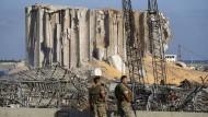 Soldaten der libanesischen Armee bewachen am Donnerstag die Stelle im Hafen Beiruts, an der es am Dienstag zu einer massiven Explosion kam
