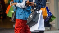 Menschen gehen mit Einkaufstaschen durch die Münchener Innenstadt.