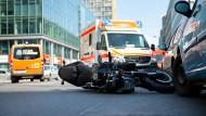 Das Foto zeigt einen Motorrad-Unfall in der Rudi-Dutschke-Straße in Berlin. Notärzte warnen davor, das Fahren von leichten Motorrädern mit einem Auto-Führerschein zu erlauben.