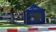 Die Leiche wurde zunächst in einem blauen Zelt abgeschirmt.