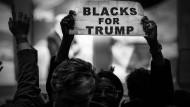 """Der schon wieder: """"Michael the Black Man"""", hier mit Brille, jubelt auf verdächtig vielen Pro-Trump-Veranstaltungen dekorativ mit."""
