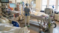 In einem Zimmer auf der Intensivstation eines Berliner Krankenhauses wird ein Patient mit einem schweren Covid-19 Krankheitsverlauf behandelt.