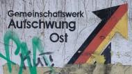 Gemeinschaftswerk oder westdeutsche Bevormundung? Vielerorts ringt der Osten darum, sich gegenüber den alten Bundesländern zu behaupten.