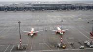 Flugzeuge der Fluggesellschaft Easyjet stehen vor dem Terminal 1 des Hauptstadtflughafens Berlin Brandenburg.