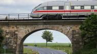 Ein ICE fährt über die älteste noch in Betrieb befindliche Eisenbahnbrücke Deutschlands bei Wurzen in Sachsen.