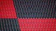 Wo die Massen der Fans mitlebten, hat die Pandemie vorerst nur noch stellvertretende T-Shirts zurückgelassen: Blick auf die Tribüne beim DFB-Pokalfinale 2020 im Berliner Olympiastadion.