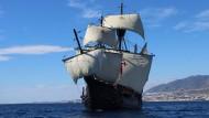 """So könnte es ausgesehen haben: Vor der spanischen Küste segelt ein Nachbau der """"Victoria"""", des einzigen Schiffs aus Magellans Flotte, das damals heimkehrte."""