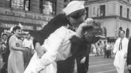 Das Bild ging um die Welt: George Mendonsa küsst die damalige Zahnarzthelferin Greta Zimmer Friedman am 14. August 1945 bei den Feiern nach Kriegsende auf dem New Yorker Times.