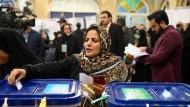 Eine Frau gibt ihren Stimmzettel in einem Wahllokal in Teheran ab.