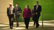 Bundeskanzlerin Angela Merkel kommt mit Markus Söder (r.), Ministerpräsident von Bayern, und Michael Müller (l.), Regierender Bürgermeister von Berlin, zu einer Pressekonferenz.