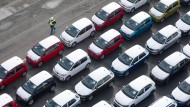 Bald nur noch mit Aufschlägen? Fahrzeuge des VW-Konzerns werden in Emden für die Verschiffung vorbereitet.