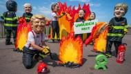 Wer löscht welchen Brand? Oxfam-Aktivisten protestiere am Strand von Biarritz gegen den G-7-Gipfel.