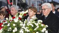 Bundespräsident Frank-Walter Steinmeier am Donnerstagabend mit seiner Frau Elke Büdenbender und dem hessischen Ministerpräsidenten Volker Bouffier in Hanau (v.r.)