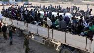 Endstation Libyen: Migranten werden auf der Ladefläche eines LKW in ein Internierungslager im libyschen Küstenort Sabratha transportiert.