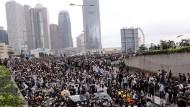 Demonstranten protestieren vor dem Legislativrat in Hongkong gegen ein umstrittenes Gesetz, das Auslieferungen nach China ermöglichen würde.