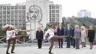 Prinz Charles und Camilla (3.v.r), Herzogin von Wales, nehmen an einer Kranzniederlegung am Jose-Martin-Denkmal teil.