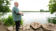 Muss jetzt nicht mehr auf das Tageslicht warten: Hans-Hermann Schock, Vorsitzender des Württembergischen Angler Vereins, steht mit einer Angel am Max-Eyth-See