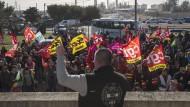 Olivier Mateu, Gewerkschaftsführer der CGT, hält eine Rede vor Gewerkschaftsmitgliedern vor einer petrochemischen Fabrik in Martigues.