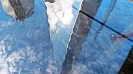 """Das One World Trade Center spiegelt sich im Wasser des """"9/11 Memorial"""" am 15. August dieses Jahres, dem Tag, an dem die Taliban Kabul einnehmen."""
