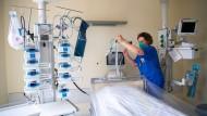 Niedersachsen, Leer: Claudia Hortscht, Leiterin der Intensivstation am Klinikum Leer, bereitet ein Intensivbett für einen Coronapatienten vor.