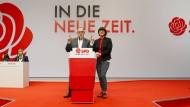 Norbert Walter-Borjans und Saskia Esken, die beiden Bundesvorsitzenden der SPD, sprechen beim SPD-Bundesparteitag