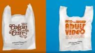Die Plastiktüten zeigen verschiedene Motive: die Aufschrift eines angeblichen Pornoladens, Werbung für Warzen-  und Darmbehandlung.