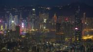 Eine Stadt, die aus allen Nähten platzt und einen ausgezeichneten Krimi-Schauplatz abgibt: Hongkong bei Nacht