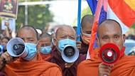 Buddhistische Mönche demonstrieren  in Rangun im Februar.