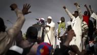 Der 66 Jahre alte Imam Mahmoud Dicko (Mitte), hier im Juni in Bamako bei einer Rede, führt die Protestbewegung in Mali an.