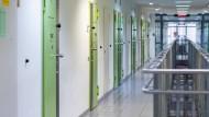 Ein Gang mit Zellen in der JVA Düsseldorf