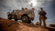 Ein Soldat der Bundeswehr steht am Flughafen nahe des Stützpunktes im Norden Malis. (Archivbild)