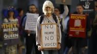 """Die Botschaft der Demonstrantin vor dem Supreme Court ist klar: """"Kein Parlament, keine Stimme!"""""""