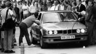 Der Wagen mit den Geiselnehmern wird am 18.08.1988 in Köln von Journalisten umringt.