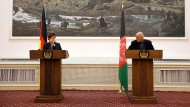 Annegret Kramp-Karrenbauer will direkte Gespräche zwischen der Regierung unter dem afghanischen Präsidenten Aschraf Ghani (rechts) und den Taliban.