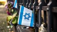 Solidarität gegen Judenhass: israelische Fahne an einer Berliner Synagoge