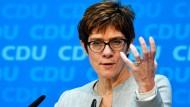 CDU-Chefin Annegret Kramp-Karrenbauer will die Flüchtlingspolitik von Kanzlerin Angela Merkel mit der Partei aufarbeiten.