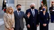 """""""Wichtigste Partner Deutschlands"""": die Präsidenten Macron und Steinmeier mit ihren Ehefrauen Brigitte Macron und Elke Büdenbender am Montag in Paris"""