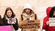Protest gegen eine Kopftuch-Konferenz an der Universität Frankfurt im Mai 2019. Zuvor war die Entlassung der veranstaltenden Professorin gefordert worden.
