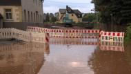 Eine überflutete Straße in Oberlungwitz, Sachsen