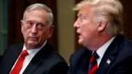 Donald Trump sitzt 2018 neben seinem damaligen Verteidigungsminister James Mattis.