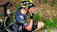 Das schmerzhafte Ende einer Dienstreise: Tony Martin landet bei der Tour im Straßengraben und muss aufgeben.