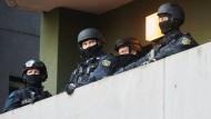 Bewaffnete Polizisten auf einem Balkon in Berlin