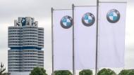 Flaggen mit dem Logo des Münchner Autoherstellers BMW wehen vor der Olympiahalle in München.