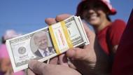 Trumps Konterfei auf einem falschen Dollarschein