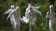 Mussa Kathembo wird zu Grabe getragen. Er ist eines von mehr als 1800 Opfern der aktuellen Ebola-Epidemie.