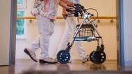Wer zahlt das Pflegeheim, wenn das Geld der Bewohner nicht reicht?